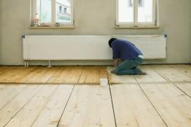 Vakman die de houten vloer in de was zet © Falko Matte - Fotolia