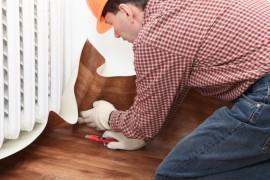 Een specialist die een PVC vloer bij iemand thuis aanlegt © Lilyana Vynogradova - Fotolia