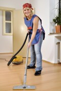 De laminaat vloer maakt u schoon door te stofzuigen © Dan Race - Fotolia