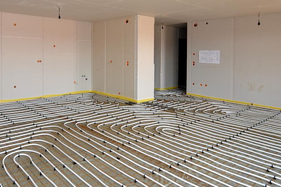 Ruimte waarin net traditionele vloerverwarming is aangelegd © jomare - Fotolia