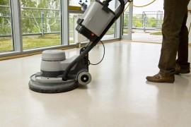 Grondige reiniging linoleum vloer met machine ©Lichtmaler - Fotolia