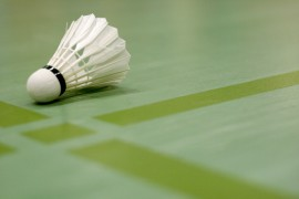 linoleum vloer en badminton shuttle in gymzaal © sk_design - Fotolia