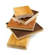 Een donkere houten vloer wordt nadat deze gelegd is in de regel wat lichter.