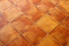 Keramische vloertegels zijn er in veel vormen, kleuren en figuren.