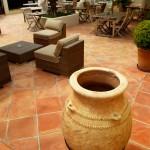 De vloertegels zorgen voor een mediterraan uiterlijk van de patio.