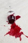 Als u een glas wijn omgooit over uw tapijt is het zaak snel te handelen.©Erwin Wodicka