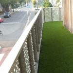 Een kunstgras vloer op uw balkon is een van uw mogelijkheden